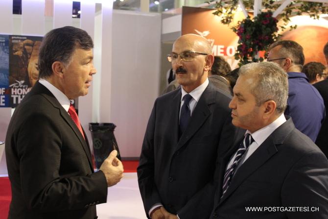 Fuarda Türkiye tanıtımı yapan standları ziyaret eden T.C. Bern Büyükelçisi Mehmet T. Gücük (solda), TİSAB Başkanı Hüseyin Samsunlu (ortada) ve Turizmci Mehmet Göktaş'tan (sağda) çalışmaları hakkında bilgi aldı.